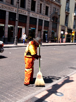 Les rues sont balayées de bonne heure tous les matins. -- The streets are swept early every day.