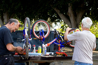 Nos amis du camping réparent les vélos de l'orphelinat. -- Our friends at the RV Park are repairing the bikes for the orphanage.