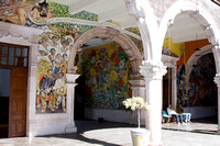 Les murs sont décorés de murales relatant l'histoire du Mexique. --- The walls are decorated with murals depicting Mexico's history.