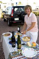 Denyse met la table pour l'apéritif, l'activité quotidienne la plus populaire. -- Denyse sets the table for happy hour, the most popular daily activity.