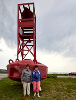 Suzanne et Louise devant une balise (ou bouée) -- Suzanne and Louise in front of a buoy